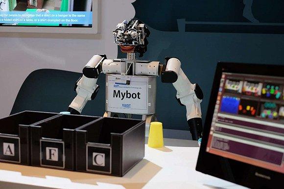 达沃斯探索区展示了多款机器人
