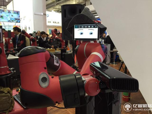 谁说机械臂就一定粗鲁?这个机器人你碰一下它就不动了