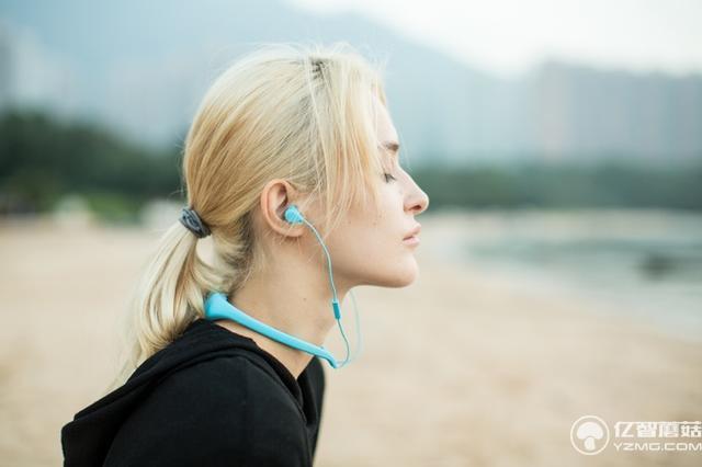 真正防水的蓝牙无线耳机 戴着游泳耳塞都省了