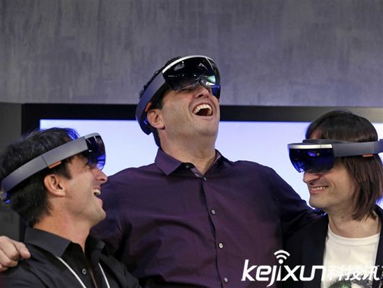 微软HoloLens眼镜发售 售价高达4万元