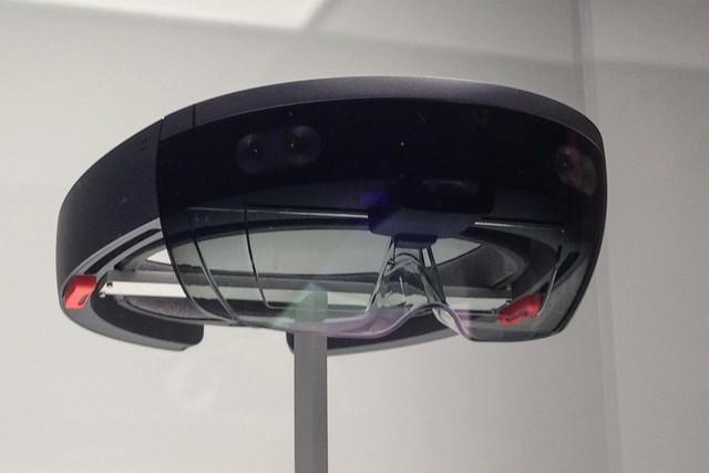 微软AR眼镜能判断眼球方向 /p鼠标从此可以退役了