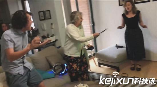 80岁老奶奶玩PS VR 掏出真枪射击屏幕!
