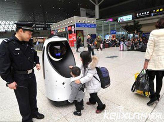 全国首款警察机器人 在郑州高铁站正式执行巡逻任务