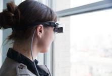 美国科技公司打造AR眼罩 帮助低视力患者恢复视力