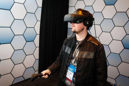 全新LG VR头盔:可拉动屏幕 具有110度视野