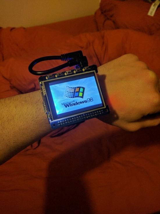 运行Windows 98系统的智能手表:还能玩扫雷