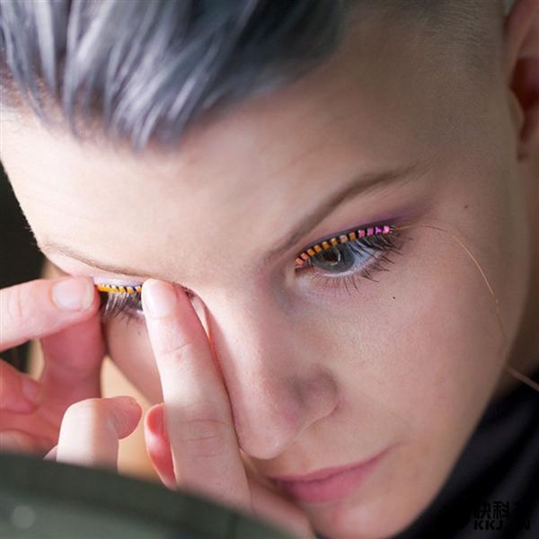 专家称让你电力十足的LED假睫毛可能导致失明!