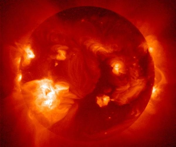 超强太阳风暴到达地球:全范围停电带来壮丽极光
