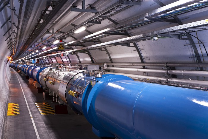 1280px-Views_of_the_LHC_tunnel_sector_3-4,_tirage_2.jpg