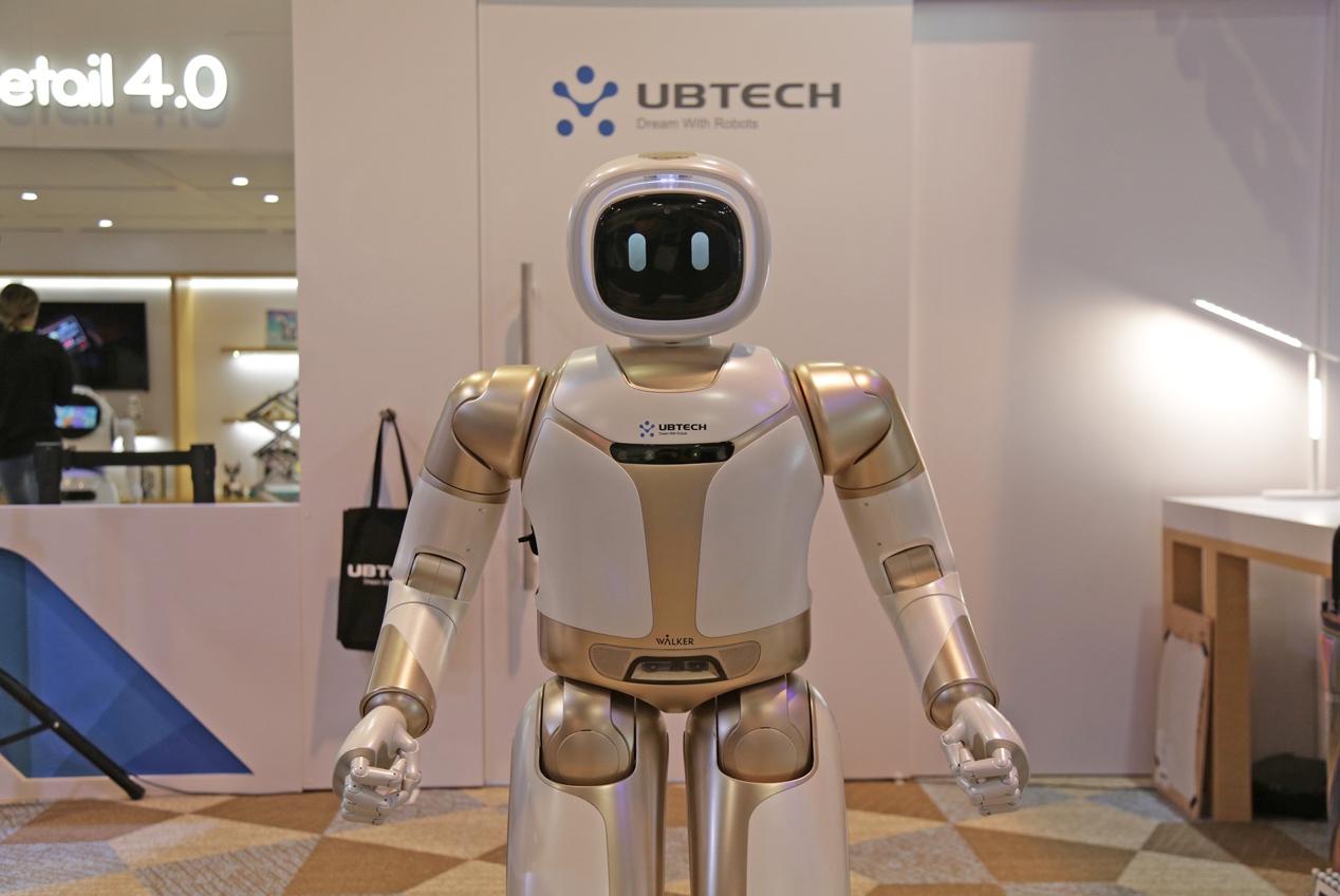 优必选大型服务机器人亮相CES 2019: 能开冰箱取饮料