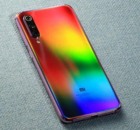 全息幻彩版小米9 SE真机亮相,彩虹渐变千变万化 太炫酷了