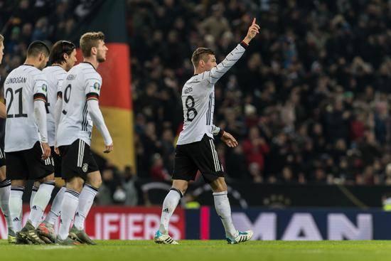 德国4-0提前出线,克罗斯2射1传诺伊尔扑点,德国队6胜1负积18分!